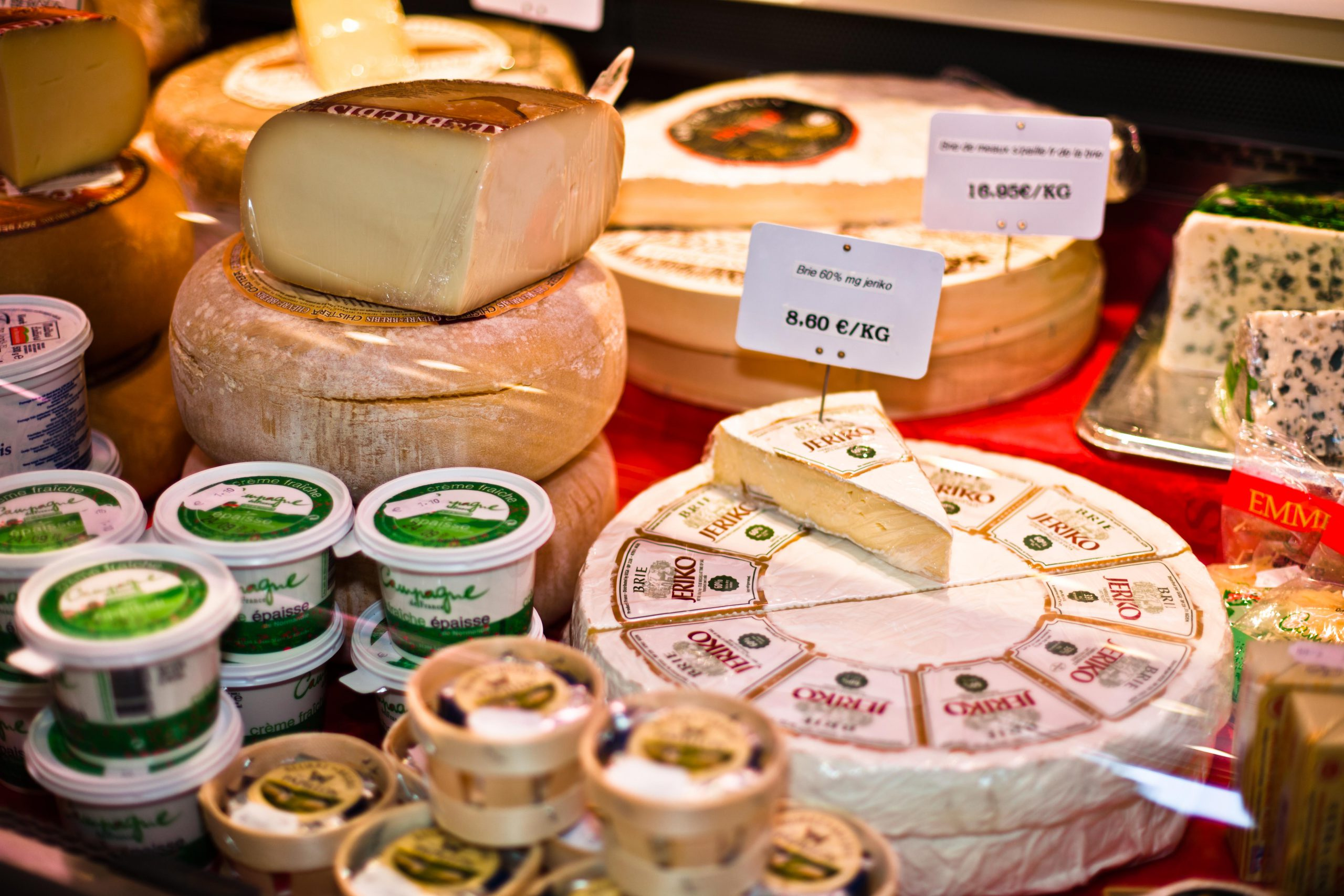 Gros plan sur le rayon des fromages, vendus à la coupe