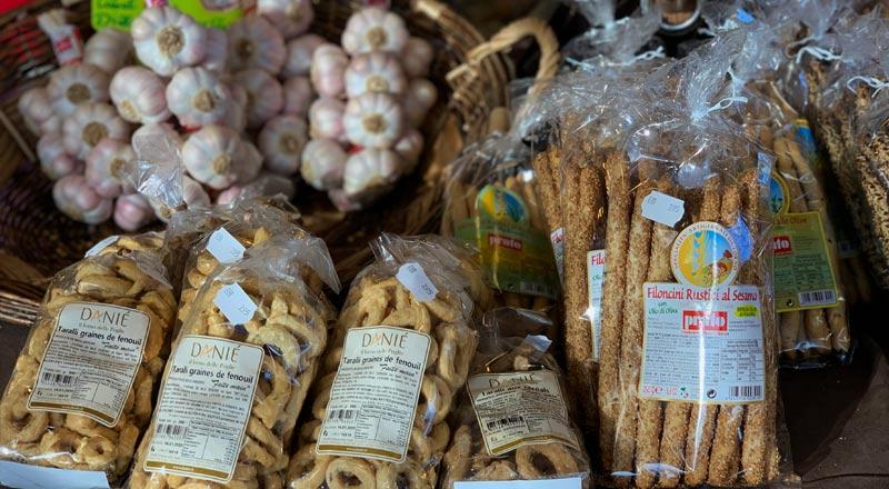 photo des produits locaux vendus chez le commerçant salaisons de bengali