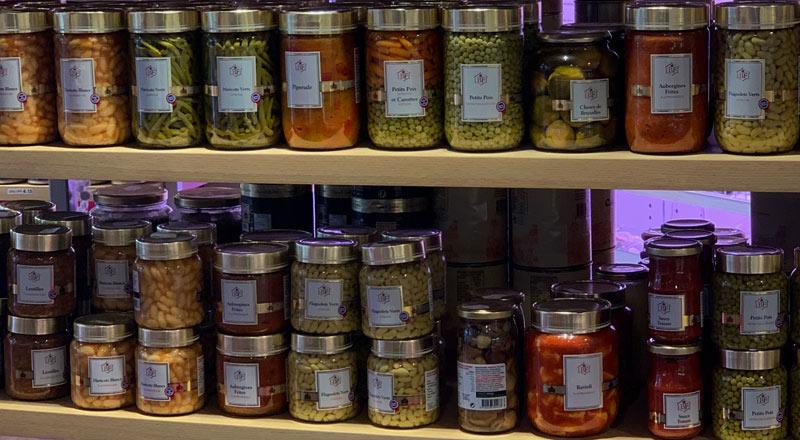 Photo du rayon épicerie avec des légumes bio en bocal