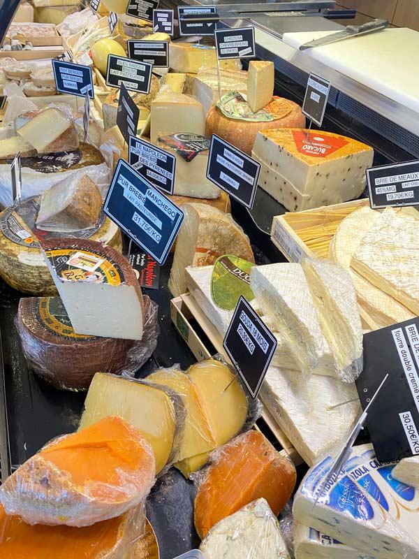 Photo des fromages vendus chez le commerçant salaisons de bengali à Grenade
